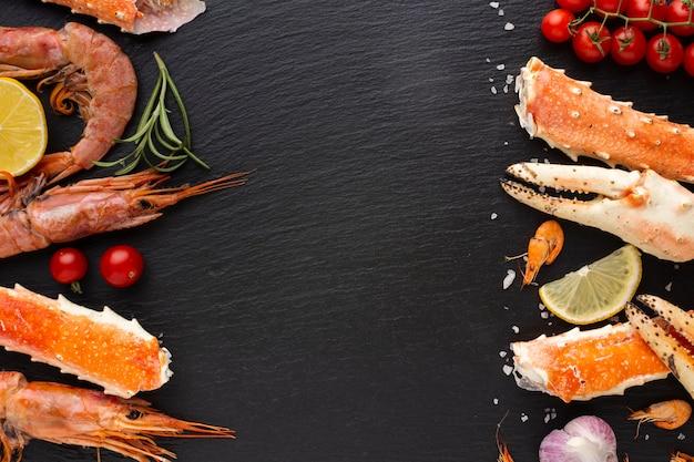 Fruits de mer mélangés avec un espace de copie