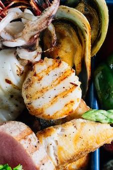 Fruits de mer mélangés grillés tels que poissons, calamars, crevettes roses, moules.