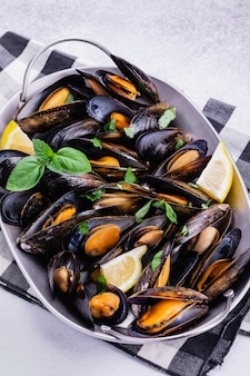 Fruits de mer moules au basilic citronné.