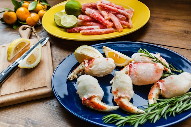 Fruits de mer pour la cuisine, crabes, viande de reptile de mer, moluski, citron, apéritif, plats gastronomiques, homards, restaurant, crabe allongé sur la planche