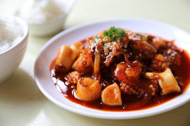 Fruits de mer à la sauce coréenne avec du riz