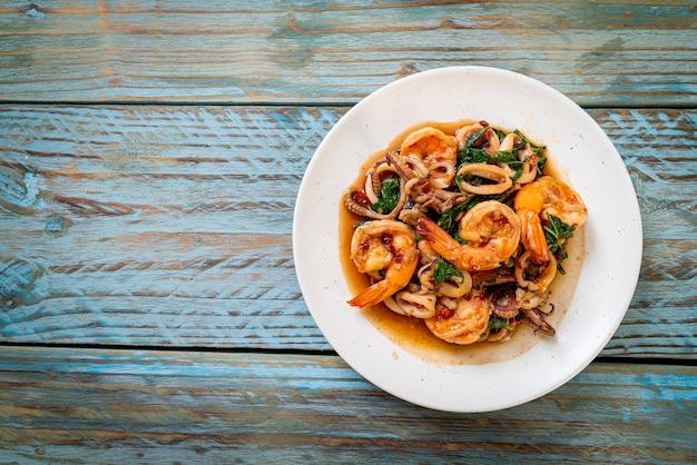 Fruits de mer sautés (crevettes et calamars) au basilic thaï - style cuisine asiatique