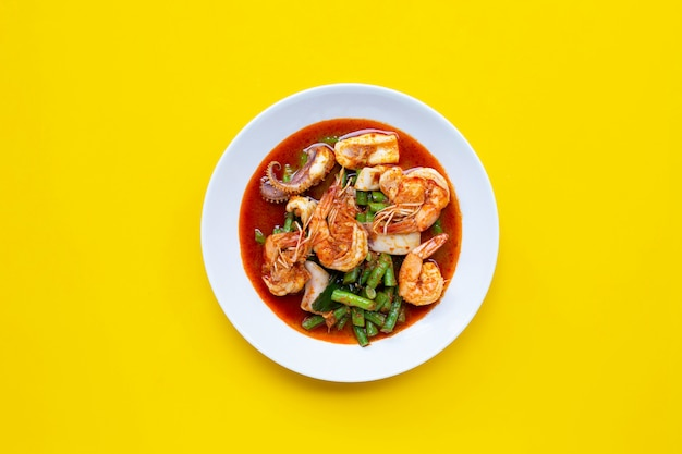 Fruits de mer sautés épicés et haricots longs avec pâte de curry rouge. nourriture thaï