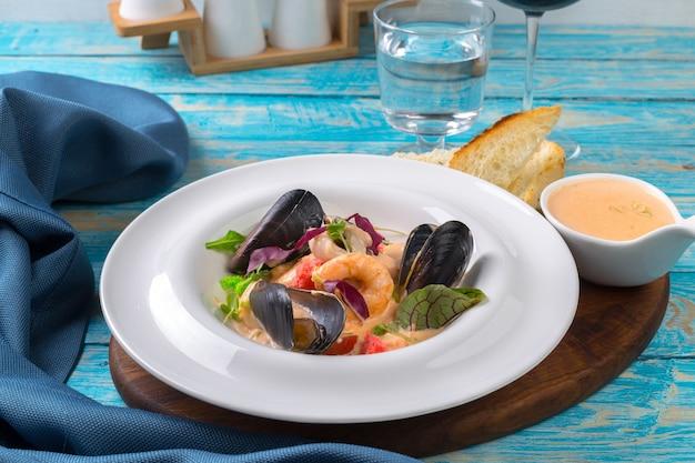 Fruits de mer savoureux sur la plaque en gros plan de table