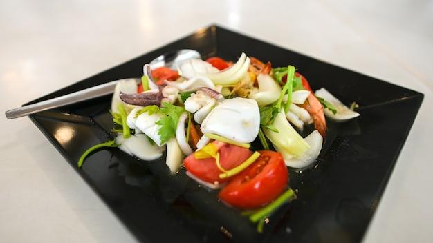 Fruits de mer sous la forme d'une salade épicée.