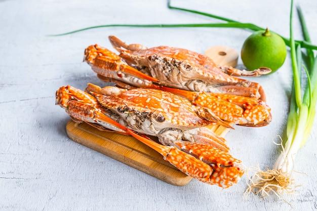 Fruits de mer à la vapeur de crabe sur un bois blanc