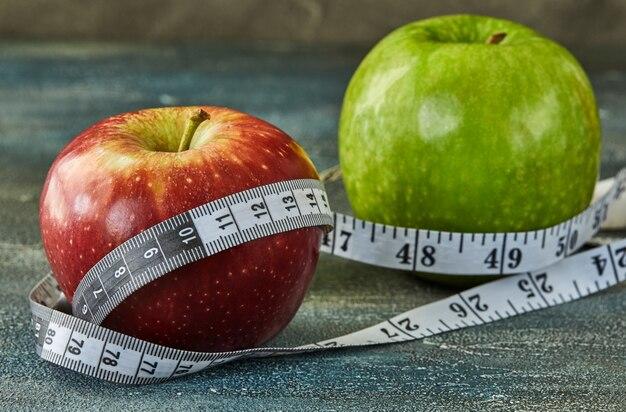 Fruits et mètre sur bleu