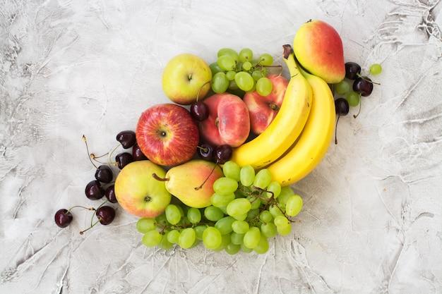 Fruits mûrs frais sur la table en pierre. vue de dessus