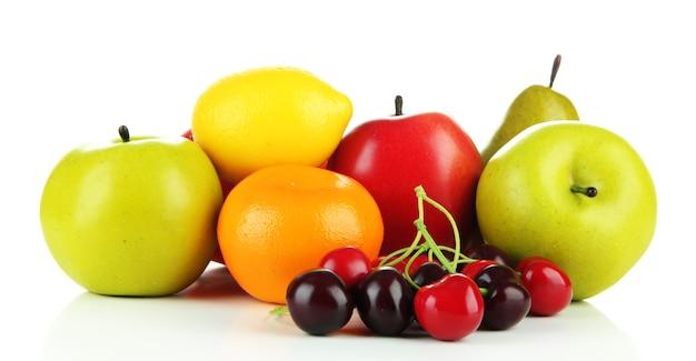 Fruits mûrs isolés sur blanc