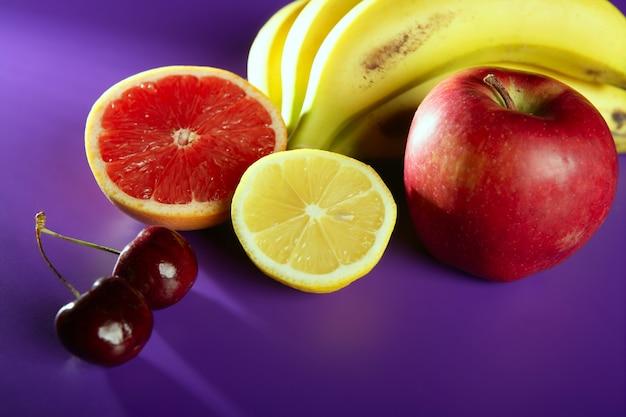 Fruits nature morte violet