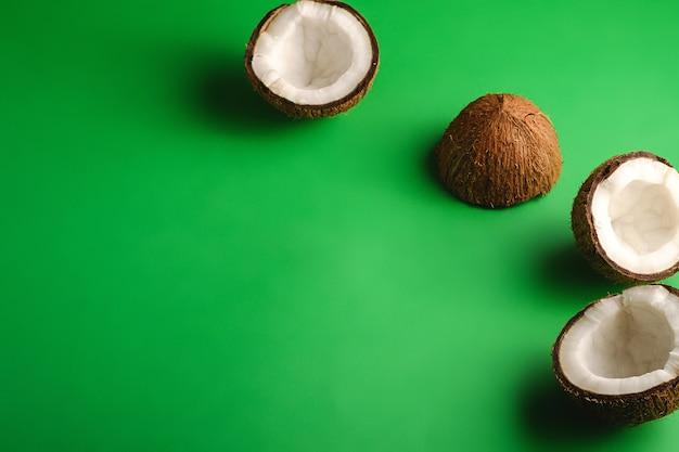 Fruits de noix de coco sur vert. vue de dessus
