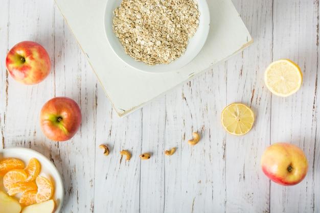 Fruits et noix près de gruau