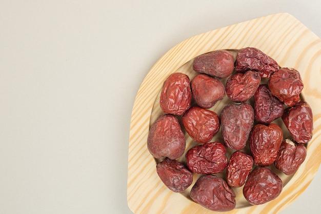 Fruits oléagineux séchés sur plaque en bois
