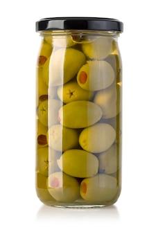 Fruits d'olives en pot dans un bocal en verre isolé sur blanc
