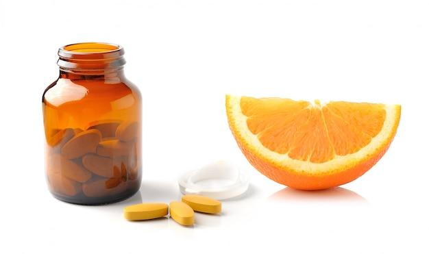 Fruits orange avec comprimé de vitamine c sur espace blanc
