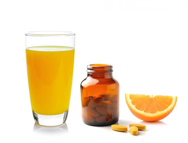 Fruits orange avec comprimé de vitamine c sur fond blanc