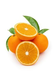 Fruits orange coupés et entiers avec des feuilles vertes isolées sur blanc