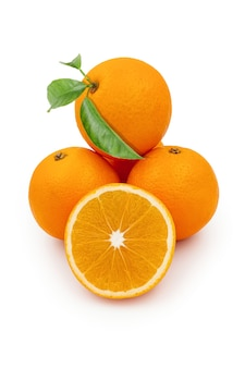 Fruits orange coupés et entiers avec des feuilles vertes isolés sur fond blanc
