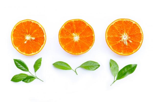 Fruits orange avec des feuilles isolés sur blanc.
