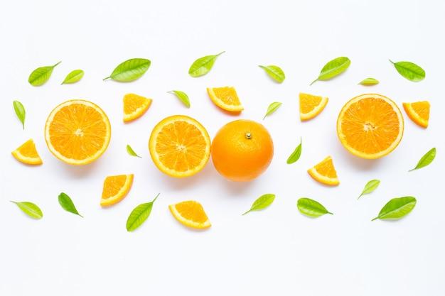 Fruits orange frais avec des feuilles vertes sur blanc.