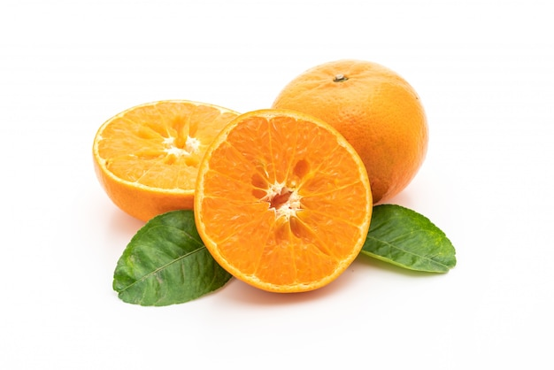 Fruits orange frais sur fond blanc