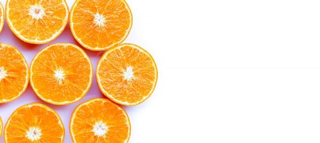 Fruits orange isolés sur fond blanc.