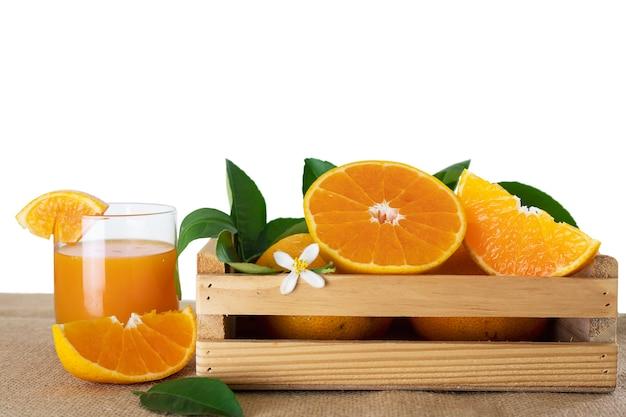 Fruits orange juteux frais sur fond blanc