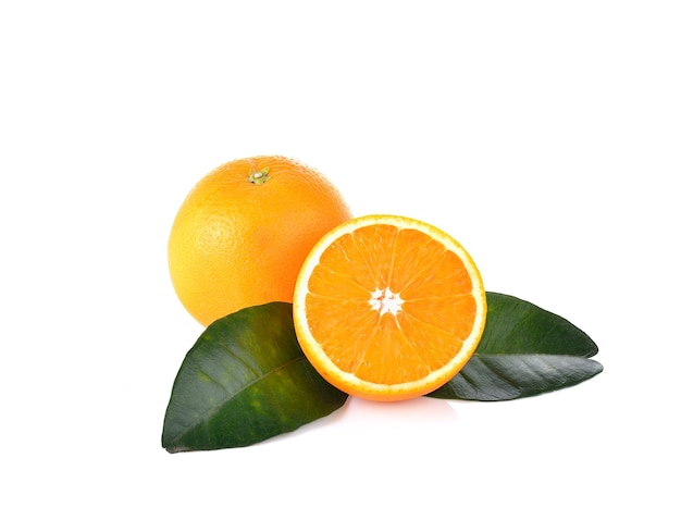 Fruits orange sur mur blanc