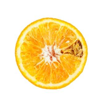 Fruits orange pourris sur blanc
