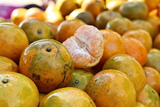 Fruits orange à la rue
