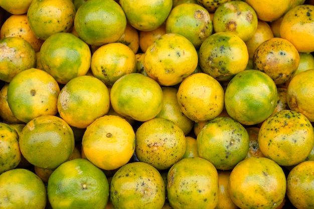 Fruits orange souillés bio empilés sur une caisse en bois en épicerie