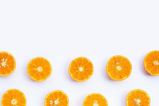 Fruits orange sur surface blanche