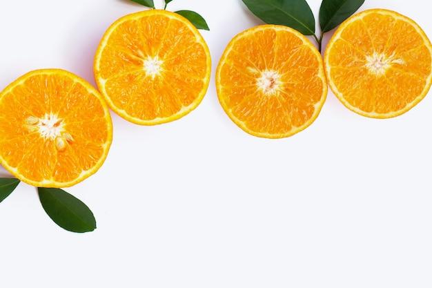 Fruits oranges sur fond blanc. agrumes faibles en calories, riches en vitamine c et en fibres