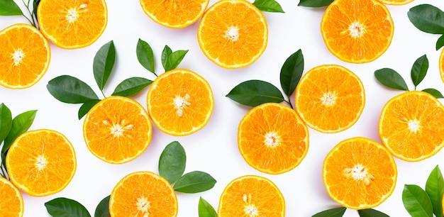 Fruits oranges sur fond blanc.