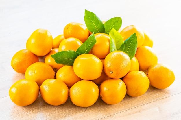 Fruits d'oranges fraîches sur la table