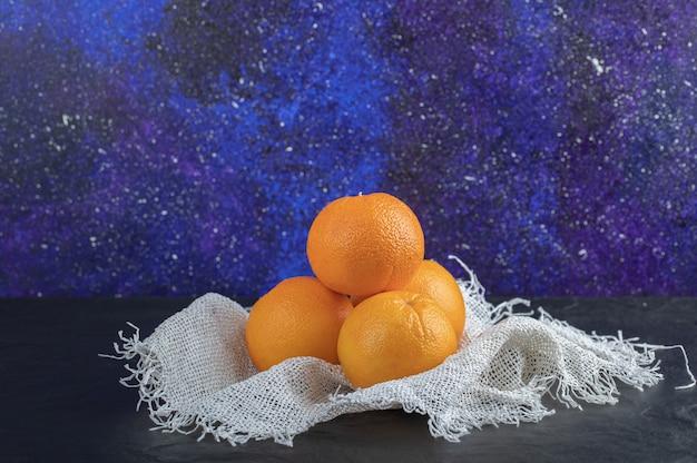 Fruits oranges frais isolés sur fond noir.
