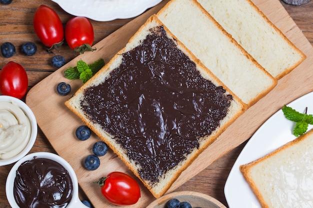 Fruits et pain, petit déjeuner copieux pain au chocolat