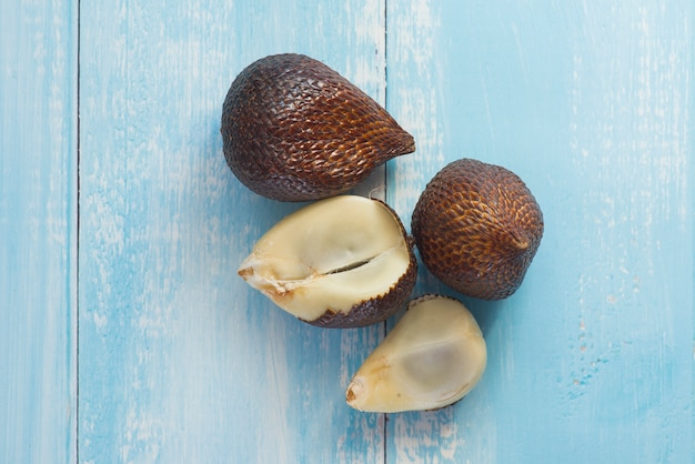 Fruits de palmier épineux ou salak, fruit tropical sur bleu rustique