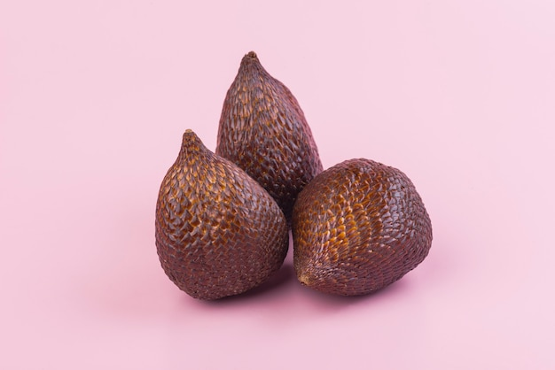Fruits de palmier épineux ou salak, fruit tropical sur rose