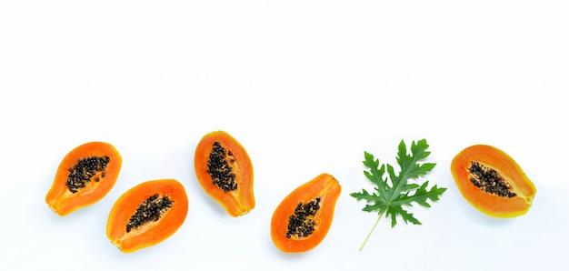 Fruits de papaye sur blanc isolé. vue de dessus