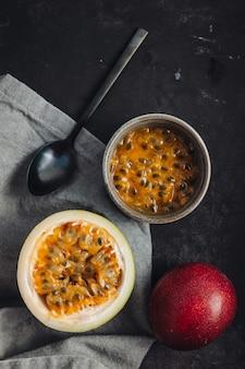 Fruits de la passion crus frais et juteux sur une table