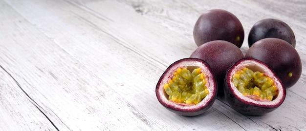 Fruits de la passion frais sur table en bois avec espace copie