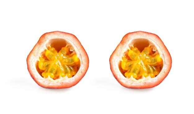 Fruits de la passion isolés sur fond blanc