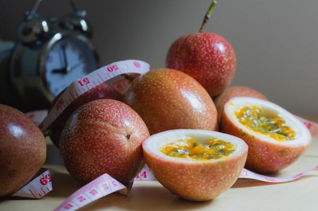 Fruits de la passion et mesure sur la table