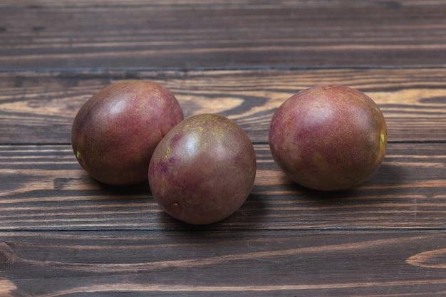 Fruits de la passion mûrs, se trouvent sur un fond de planches de bois