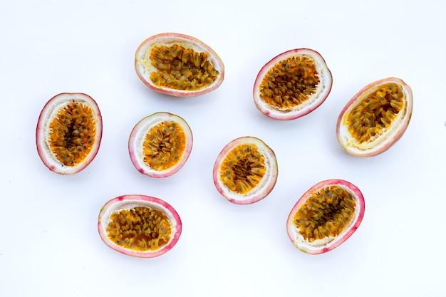 Fruits de la passion sur une surface blanche