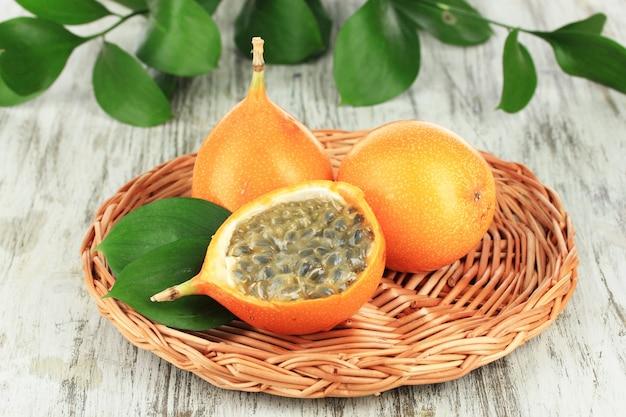 Fruits de la passion sur tapis en osier sur table close-up