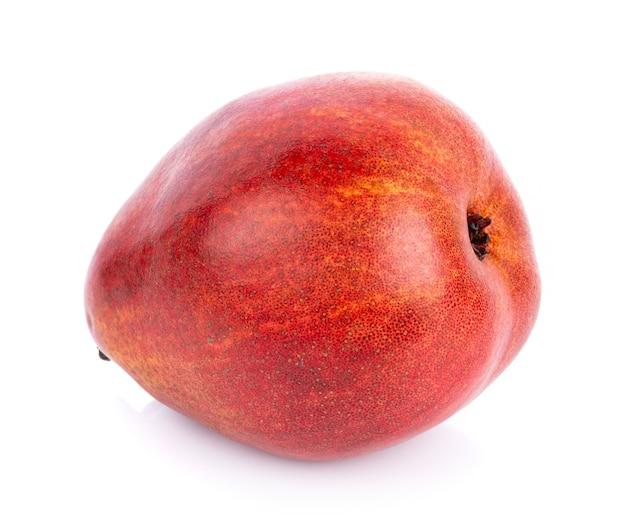 Fruits de poire rouge isolés sur fond blanc