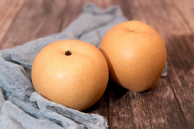 Fruits poires biologiques fraîches sur fond en bois
