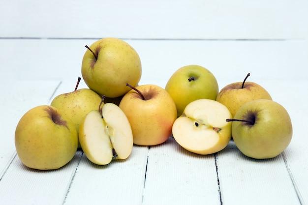 Fruits de pomme jaune savoureux frais isolés sur fond blanc.